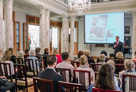 """Презентация книги бестселлера """"Нечего Терять"""" в Латвии"""